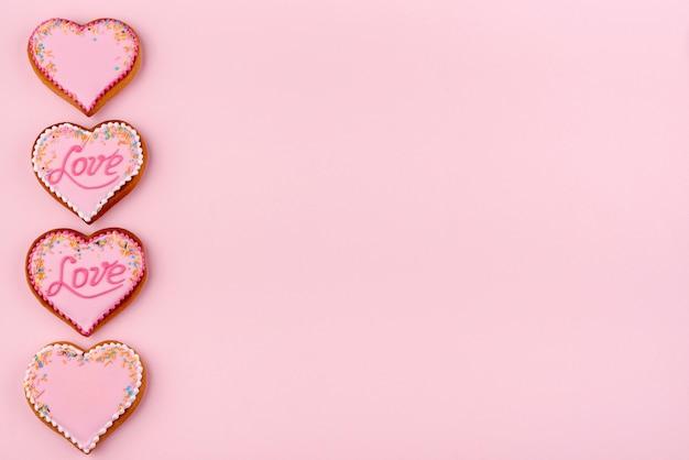 Biscuits en forme de coeur pour la saint valentin avec des paillettes