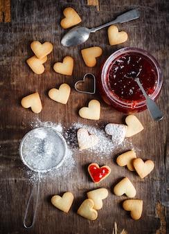 Biscuits en forme de coeur pour la saint-valentin, vue de dessus