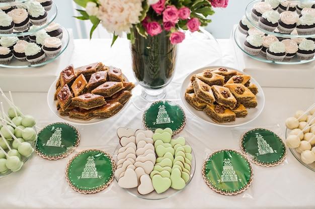 Biscuits en forme de coeur roses et verts, une table sucrée dans le restaurant