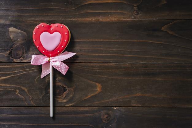 Biscuits en forme de coeur saint valentin sur fond de table en bois avec espace de copie.