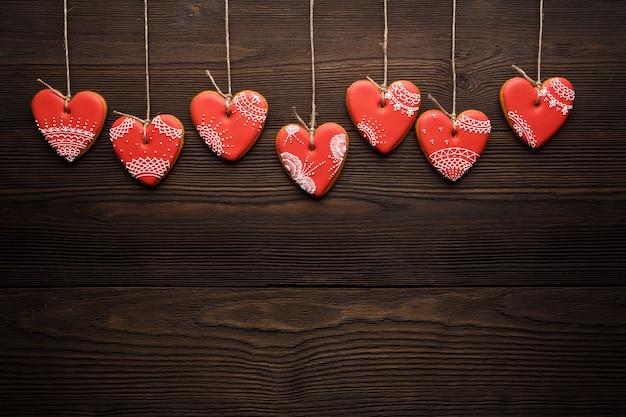 Biscuits en forme de cœur suspendus à des cordes