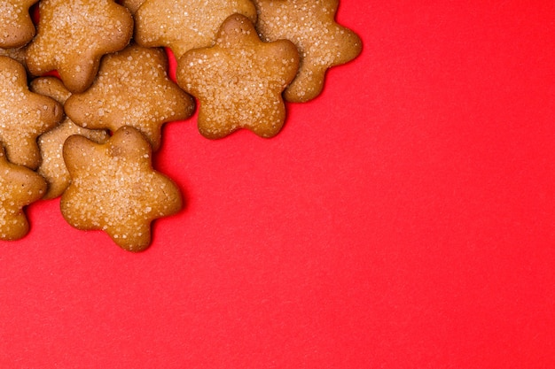 Biscuits en forme d'étoiles sur fond rouge