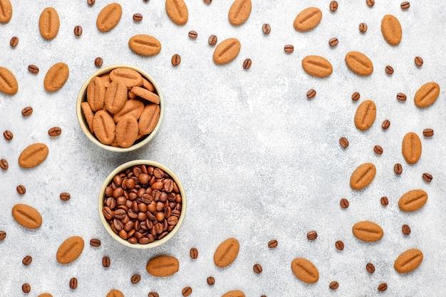 Biscuits en forme de grain de café et grains de café.