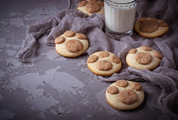 Biscuits en forme de patte de chat. mise au point sélective