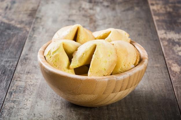 Biscuits de fortune dans un bol sur table en bois
