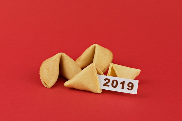 Biscuits de fortune du nouvel an chinois traditionnel sur le rouge
