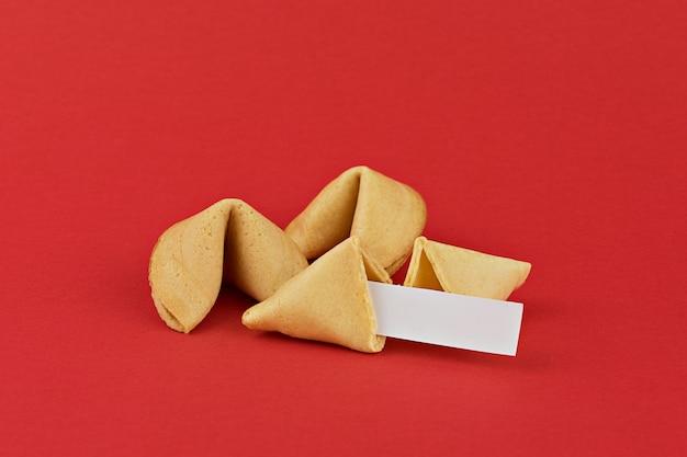 Biscuits de fortune du nouvel an chinois traditionnel sur le rouge