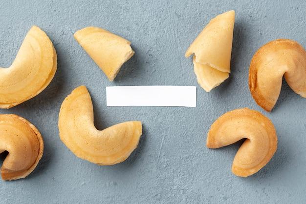 Biscuits de fortune plats avec note vide