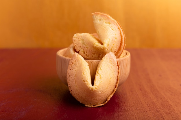 Biscuits de fortune avec toile de fond dorée pour le nouvel an chinois