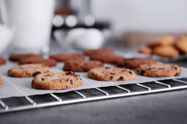 Biscuits fraîchement sortis du four sur une grille