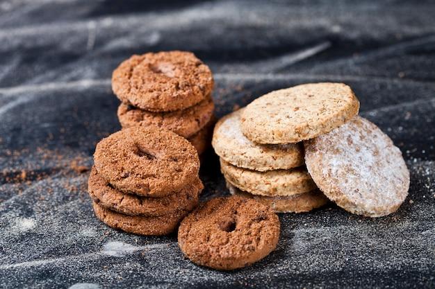 Biscuits frais aux pépites de chocolat et à l'avoine avec des piles de sucre