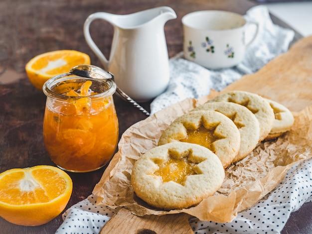 Biscuits frais et confiture d'orange. gros plan, vue côté