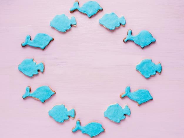 Biscuits frais sur fond rose