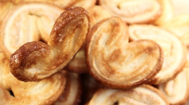 Biscuits frais de palme de pâte feuilletée en forme de coeur. pâtisseries françaises classiques. oreille de cochon, biscuits d'oreille d'éléphant, coeurs français. vue d'en-haut.
