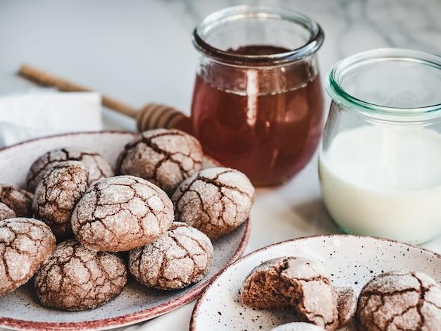 Biscuits frais et parfumés. gros plan, vue latérale
