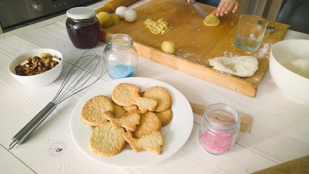 Biscuits frais sur le plat à la cuisine