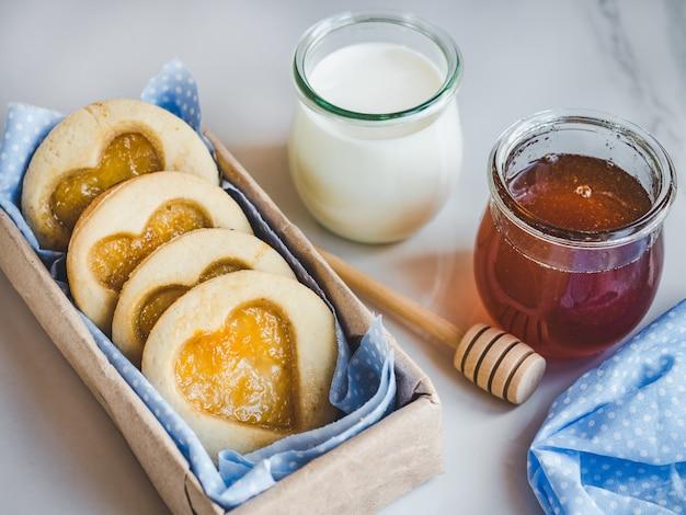 Biscuits frais, verre de lait et pot