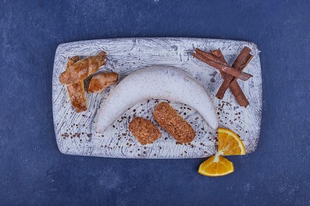 Biscuits frits croustillants avec un croissant blanc sur le plateau blanc