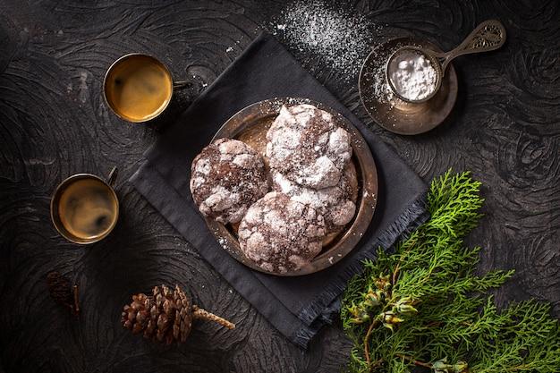 Biscuits froissés avec des tasses à café
