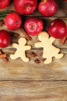 Biscuits et fruits de noël sur table en bois