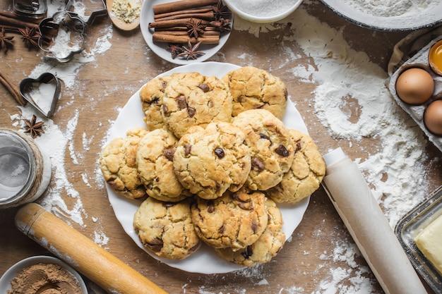 Les biscuits, les gâteaux, cuisent leurs propres mains. mise au point sélective.