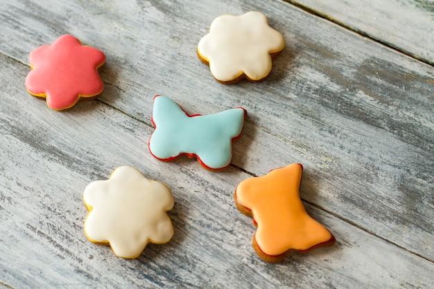 Biscuits glacés colorés. biscuits en forme de fleurs. meilleur dessert pour les enfants. pâte croustillante et glaçage sucré.