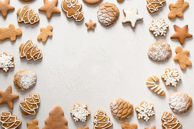 Biscuits glacés de noël comme cadre de cuisson festif.