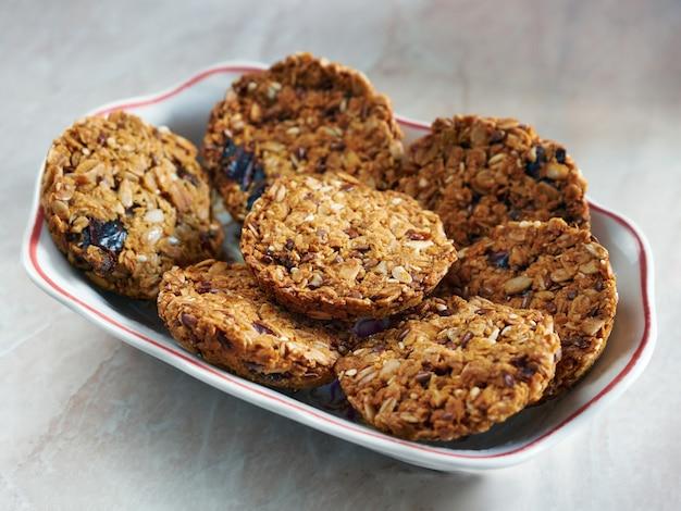 Biscuits granola de collation saine à grains entiers.