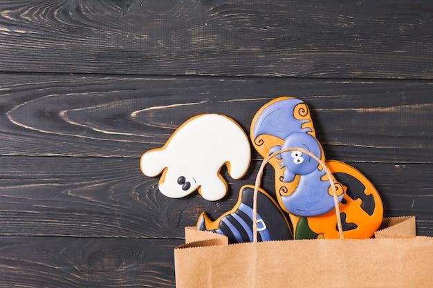 Biscuits d'halloween dans un sac en papier sur la table