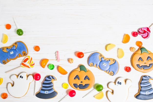 Biscuits d'halloween entre les bonbons