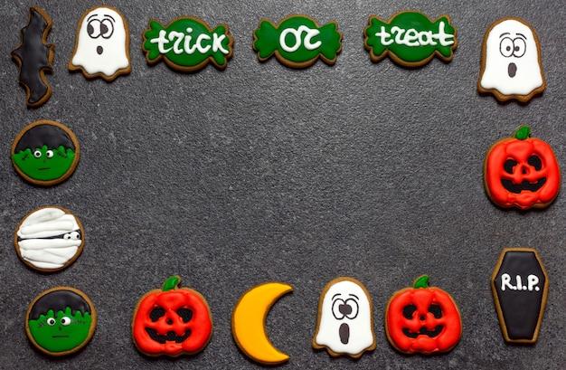 Biscuits d'halloween sur l'espace de copie de fond en pierre sombre