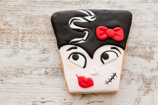 Biscuits d'halloween avec des formes visage de mme frankestein
