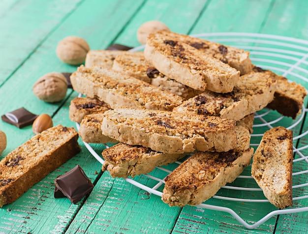 Biscuits italiens aux noix et pépites de chocolat