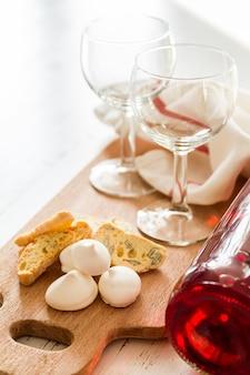 Biscuits italiens traditionnels servis avec du vin