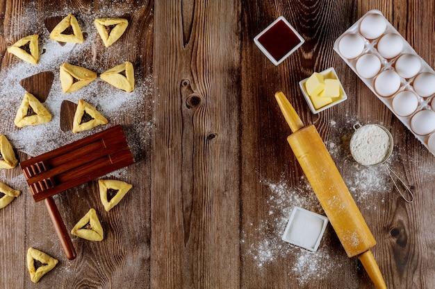 Biscuits juifs hamantaschen cuits avec des ingrédients pour pourim.