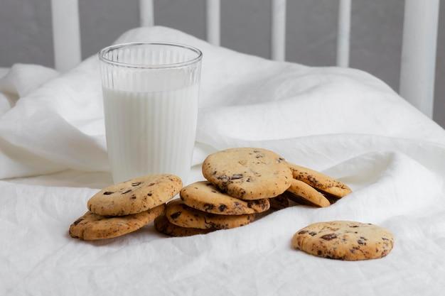Biscuits et lait à angle élevé