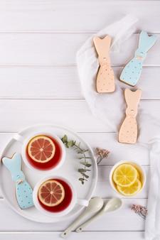 Biscuits de lapin de pâques et tasse de thé. réglage de la table du petit déjeuner de célébration. décorations de vacances.