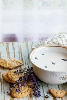 Biscuits à la lavande avec du lait