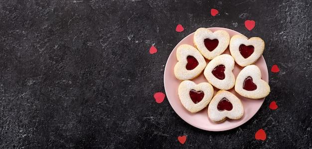 Biscuits linzer en forme de coeur pour la saint valentin avec amour