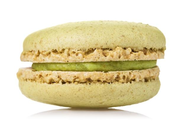 Biscuits de macaron à la pistache isolés sur une surface blanche
