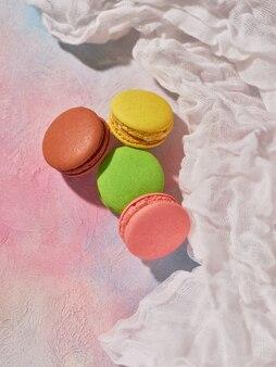 Biscuits macaron sur une table colorée avec nappe