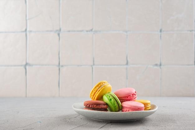 Biscuits macaroni sur une plaque