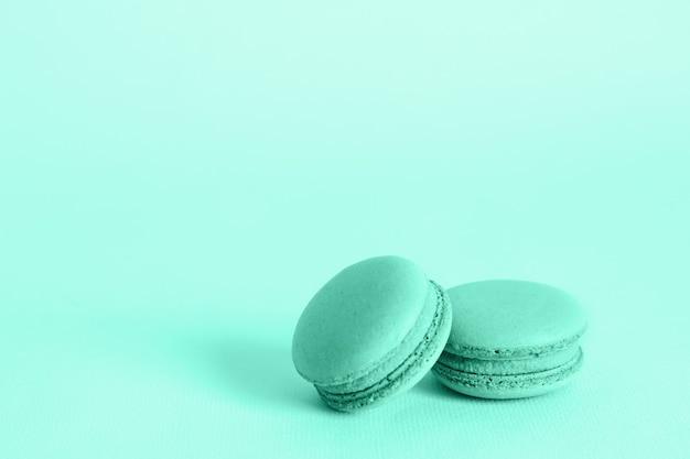 Biscuits macarons français aux couleurs tendance. concept de nourriture de vacances avec espace de copie.