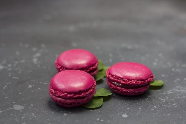 Biscuits macarons français colorés (macarons). dessert à servir avec pause thé ou café. cadeau de vacances pour les femmes.