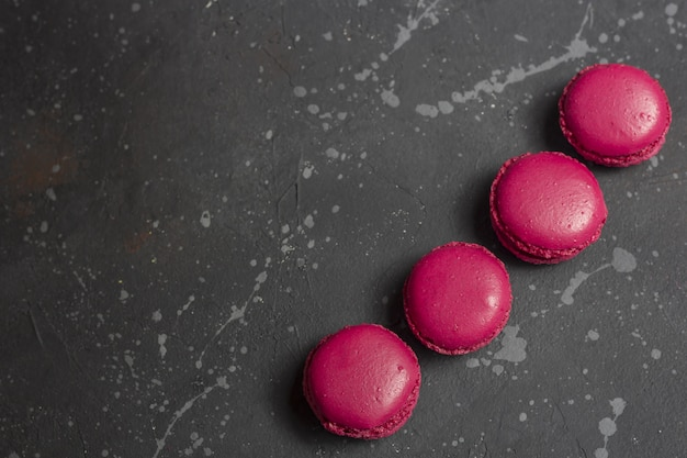 Biscuits macarons français colorés (macarons). dessert à servir avec pause thé ou café.