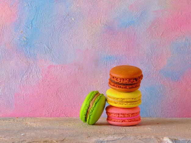 Biscuits macarons sur un mur de couleur vive