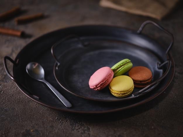 Biscuits macarons sur un plateau vintage