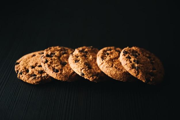Biscuits maison empilés en tas sur la table, sur dark