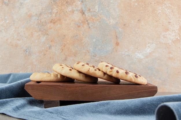 Biscuits maison farcis au chocolat sur planche de bois