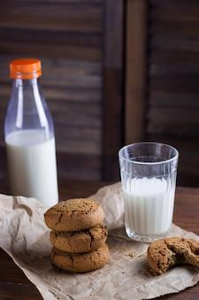Biscuits maison et fond en bois de lait